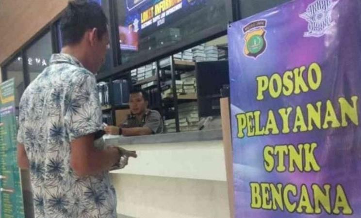 Loket khusus pelayanan STNK korban bencana banjir di Kantor Samsat Kabupaten Bekasi, Jawa Barat. - ANTARA/Pradita Kurniawan Syah