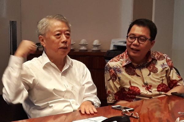 CEO dan Presdir PT Intiland Development Tbk Hendro Gondokusumo (kiri) didampingi Direktur Pengelolaan Modal dan Investasi Archied Noto Pradono, saat menerima kunjungan redaksi Bisnis Indonesia, di kantor Intiland, Jakarta, Rabu (27/9). - JIBI/Endang Muchtar