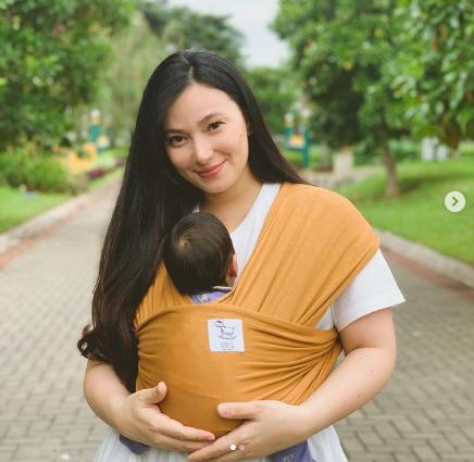 Asmiranda tidak menggunakan jasa pengasuh anak untuk merawat bayinya. - Instagram