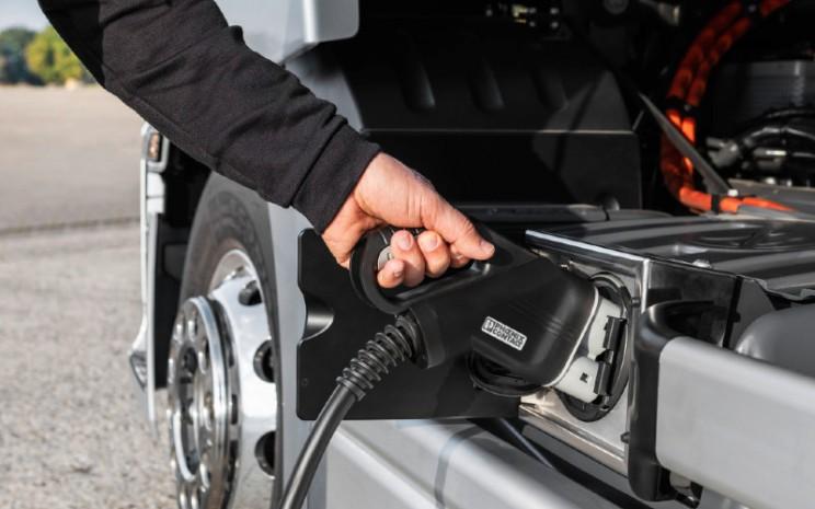 Mercedes Benz e-Actros. Truk Daimler telah menentukan masa depan bisnis dengan truk baterai-listrik dan sel bahan bakar, serta posisi yang kuat dalam mengemudi otonom.   - Daimler