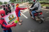 Ultraman, Batman dan Satreskrim Jakpus Bagikan Masker di Senen