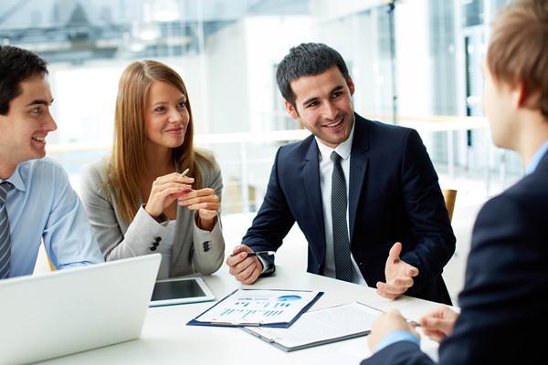 Orang yang melakukan interupsi atau menyela pembicaraan bisa ditangani dengan cara yang sopan. - Cambridgeinternational