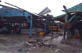 Angin Kencang Rusak Puluhan Kios Pasar Rejomulyo Semarang