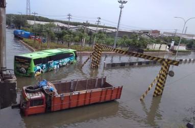 Genangan Air Masih Blokade Jalan Pantura Semarang-Demak