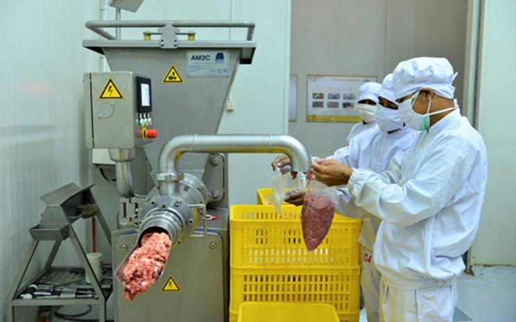 Salah satu proses mengolah daging di pabrik PT Widodo Makmur Unggas. Istimewa