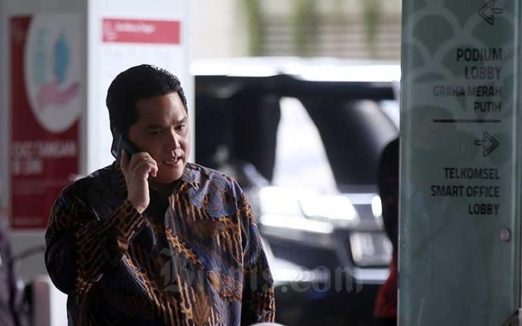 Menteri Badan Usaha Milik Negara (BUMN) Erick Thohir menerima panggilan telepon saat acara peringatan 25 Tahun initial public offering (IPO) Telkom di Jakarta, Kamis (19/11/2020). Bisnis - Abdullah Azzam