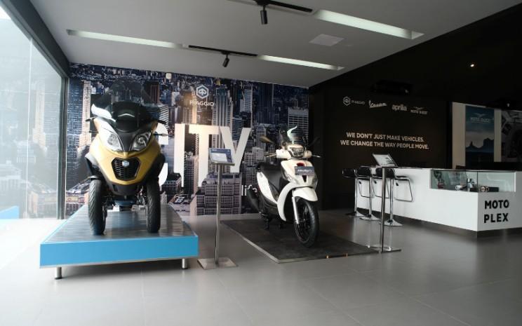 Dealer Piaggio berkonsep Motoplex menghadirkan tampilan produk yang kreatif, konten interaktif, serta menggunakan teknologi canggih, tempat parkir yang luas, dan spot kekinian sebagai tempat nongkrong yang asyik bagi pecinta gaya hidup.  - Piaggio