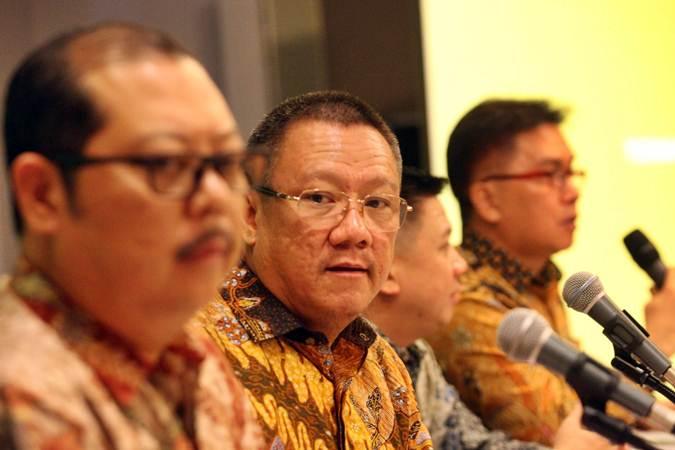 Direktur Utama PT Buyung Poetra Sembada Tbk (HOKI) Sukarto Bujung didampingi direksi lainnya memberikan penjelasan mengenai kinerja perusahaan usai rapat umum pemegang saham tahunan di Jakarta, Senin (17/6/2019). - Bisnis/Dedi Gunawan