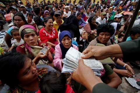 PEMBAGIAN ANGPAO  Warga mengantre ketika pembagian Angpao di kawasan Vihara Dharma Bakti, Petak Sembilan, Jakarta, Jumat (31 - 1). Pembagian Angpao tersebut dalam rangka berbagi dengan sesama ketika perayaaan Imlek 2565.