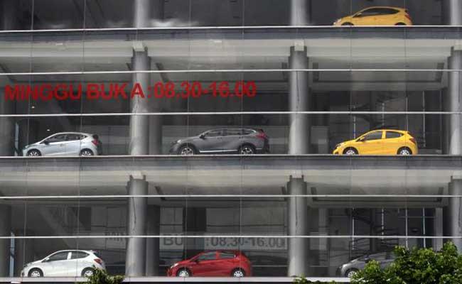 Display penjualan mobil baru di salah satu diler di Jakarta. Bisnis - Arief Hermawan P
