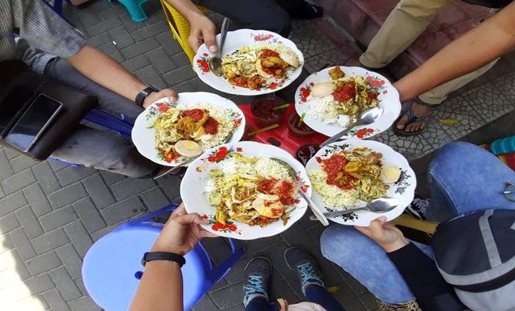 Makanan yang akan menjadi tren tahun Kerbau Logam adalah produk yang membawa rasa pedas dan atau manis. Dijelaskan bahwa pedas berasal dari elemen logam kecil dari kerbau dan manis adalah elemen tanah kecil. Kuliner legendari di Bali, Nasi Bali Men Weti. JIBI/Bisnis - Tim Jelajah Jawa/Bali 2019