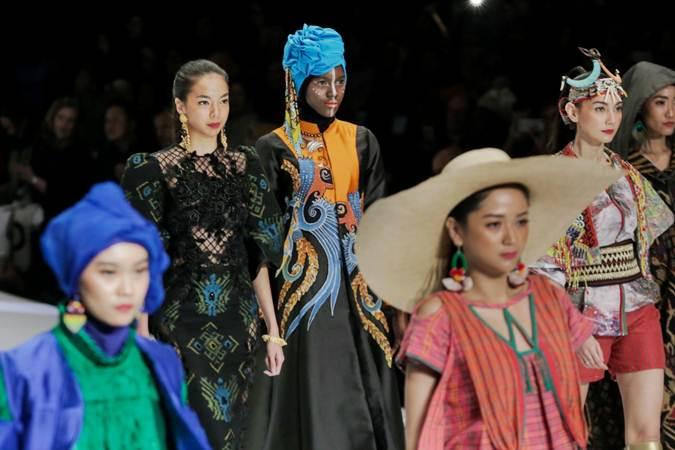 Model memperagakan busana karya anggota Asosiasi Perancang dan Pengusaha Mode Indonesia (APPMI) dalam pembukaan Indonesia Fashion Week 2019, di Jakarta, Rabu (27/3/2019). - Bisnis/Felix Jody Kinarwan