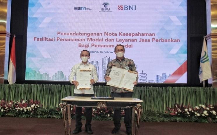 Direktur Utama BNI Royke Tumilaar (kanan) dan Kepala BKPM Bahlil Lahadalia (kiri) menandatangani MoU tentang Fasilitasi Penanaman Modal dan Layanan Jasa Perbankan bagi Penanam Modal di Jakarta, Senin (15/2/2021). - Dok. BNI