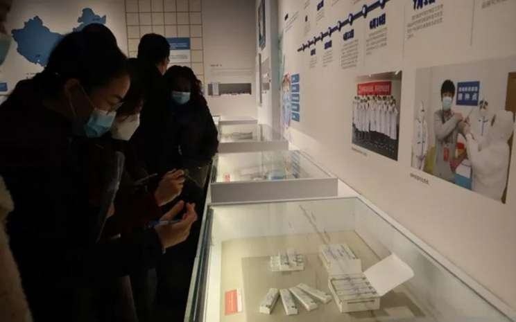 Para pengunjung museum Anti-Coviddi Wuhan, Provinsi Hubei, Sabtu (21/11/2020), mengamati kandidat vaksin buatan China yang siap memasuki pasaran. - Antara