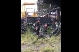 Viral! Video Prajurit TNI Terluka saat Baku Tembak…