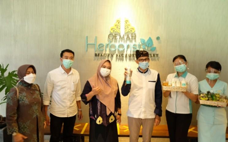 Menteri Pariwisata dan Ekonomi Kreatif Sandiaga Uno berkunjung ke Oemah Herborist milik PT Victoria Care Indonesia Tbk. (VICI), yang terletak di Secret Garden Village (SGV) Bali, pada Jumat (12/2/2021). -  Istimewa