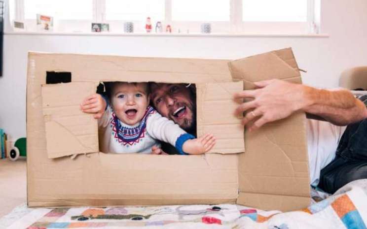 Anak bermain bersama orangtua selama pandemi virus corona (Covid/19)