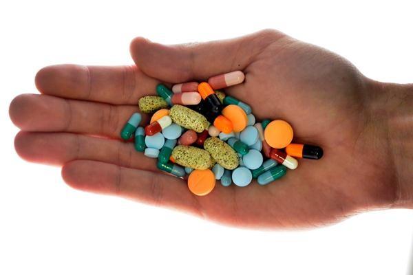 Obat-obatan tablet dan kapsul kanker bisa mengobati pasien virus corona. - REUTERS/Srdjan Zivulovic
