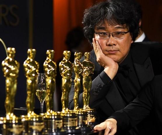 """Bong Joon/Ho mengatakan kepada pers di belakang panggung Oscar 2020 bahwa dia sudah mulai menulis dua film lanjutan """"Parasite"""" yang dimulai sejak awal 2019."""