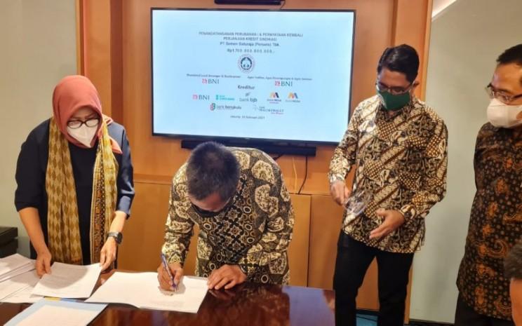 Direktur Utama PT Semen Baturaja (Persero) Tbk Jobi Triananda Hasjim menandatangani perubahan dan pernyataan kembali perjanjian kredit sindikasi senilai Rp1,7 triliun. istimewa
