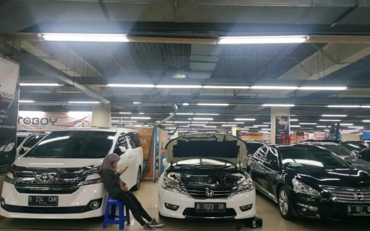 Pedagang mobil bekas menunggu calon pembeli di WTC Mangga Dua, Jakarta, Jumat (9/8 - 2019). / ANTARA