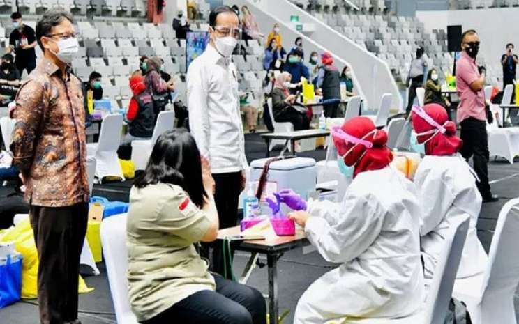 Presiden Joko Widodo (kanan) didampingi Menteri Kesehatan Budi Gunadi Sadikin meninjau pelaksanaan Vaksinasi Massal bagi tenaga kesehatan dosis pertama vaksin Covid-19 Sinovac di Istora Senayan, Jakarta, Kamis (4/2/2021). - Antara