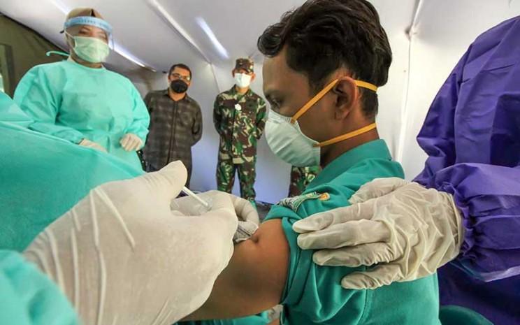 Petugas kesehatan mendapatkan suntikan vaksin virus corona (Covid-19)./ANTARA FOTO - Rahmad