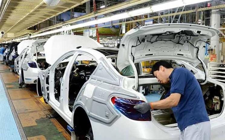 Ilustrasi pabrik mobil. Pekerja di lini perakitan di Pabrik Sohari.  - Kia Motors