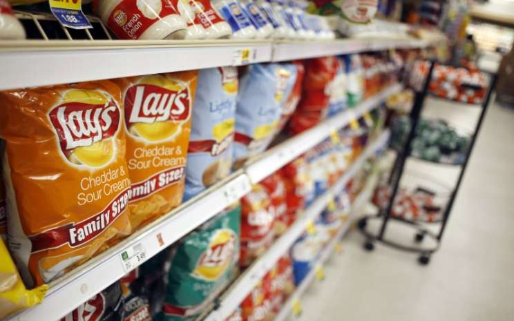 Produk makanan ringan Lay's produksi PepsiCo. Inc dipajang di minimarket di Louisville, Kentucky, AS.  - Bloomberg