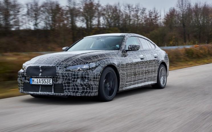 Purwarupa BMW i4. Model ini menampilkan teknologi BMW eDrive generasi kelima.  - BMW
