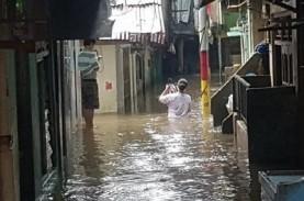 Banjir di Bekasi, Warga Terjebak di Rumah saat Air…