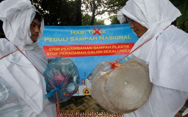 Aktivis Lingkungan Memperingati Hari Peduli Sampah Nasional yang jatuh pada Minggu (21/2 - 2021).