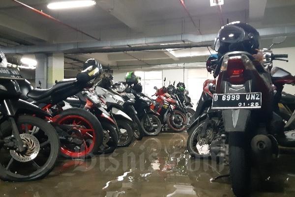 Kondisi areal parkir motor di RSCM Jakarta pada Senin (24/2 - 2020). Air akibat banjir yang melanda RSCM pada awal pekan ini membuat rumah sakit tersebut digenangi air di sejumlah titik. Aziz Rahardiyan