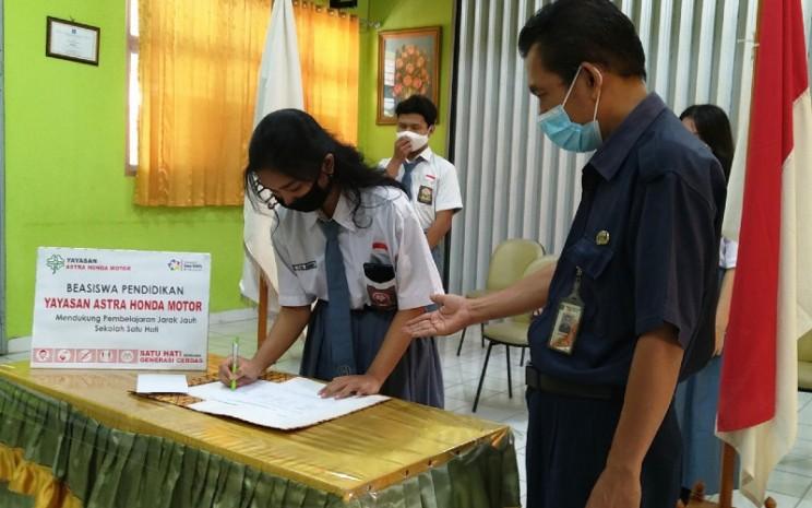 Beasiswa PJJ dari Yayasan AHM didistribusikan ke 49 sekolah dengan nominal bervariasi sesuai jenjang pendidikan.   - AHM