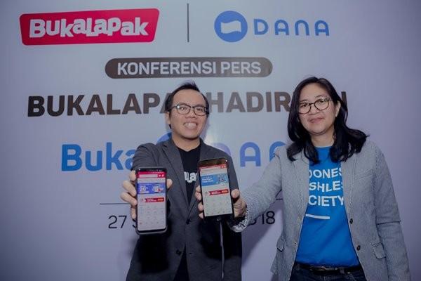 Direktur Digital Business PT Telkom saat masih menjadi Presiden Bukalapak Fajrin Rasyid dan  Chief Communication Officer DANA Chrisma Albandjar.