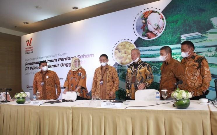 Direktur Utama PT Widodo Makmur Unggas (WMU) Ali Mas'adi(ketiga dari kiri) dan Komisaris Utama WMU Tumiyana (ketiga dari kanan) bersama jajaran manajemen berpose usai due dilligence meeting IPO perseroan. - WMU