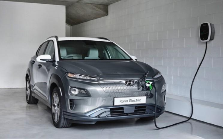Hyundai Kona EV. Hyundai telah memulai penjualan mobil listrik baterai di Indonesia dengan menghadirkan Hyundai Kona EV, dan Hyundai Ioniq.  - Hyundai
