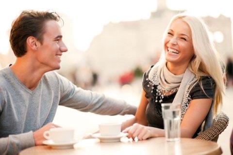 Seorang suami mengajak istrinya menikmati kopi di sore hari. Tips menjadi suami idaman adalah memberikan dukungan terhadap mimpi sitri - Sheckys