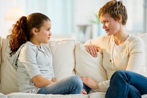 Seorang ibu sedang berbincang dengan anak perempuannya. Orang tua bertanggung jawab untuk mengoreksi dan membimbing anak-anak Anda. - Webmd