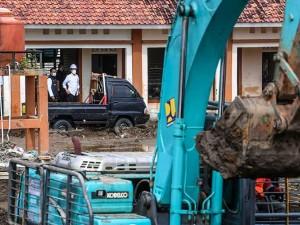 Presiden Joko Widodo Tinjau Lokasi Jebolnya Tanggul Sungai Citarum di Bekasi