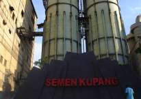 Seorang karyawan PT. Semen Kupang menyirami tanaman di depan papan nama Semen Kupang di Kupang, NTT/Antara- Kornelis Kaha