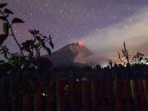 Gunung Sinabung Kembali Mengeluarkan Lava Pijar
