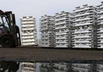 Ilustrasi - Petugas melakukan proses penyimpanan sementara aluminium ingot di pabrik peleburan PT Inalum, Batubara, Sumatera Utara./Antara - Irsan Mulyadi.