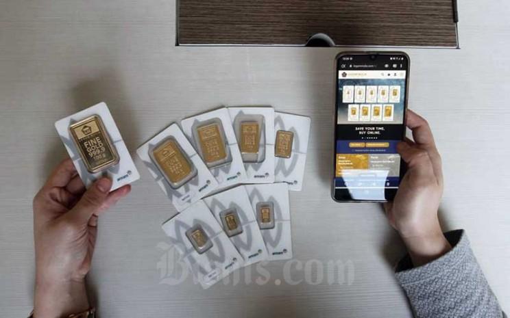Karyawan mengakses website pembelian emas logam mulia di Butik Antam, Jakarta, Selasa (8/9/2020). Harga emas PT Aneka Tambang Tbk. pada hari perdagangan Selasa (8/9/2020) menurun dibandingkan dengan perdagangan hari sebelumnya. Bisnis - Himawan L Nugraha