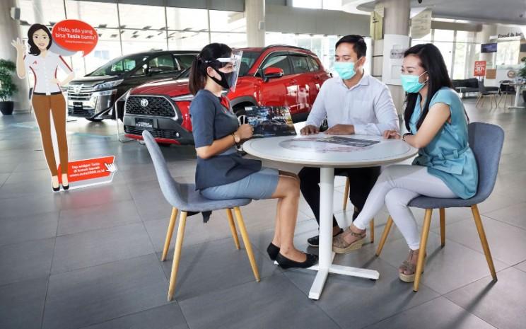 Ilustrasi konsumen dan pertugas dealer melakukan transaksi pembelian mobil baru  -  Auto2000