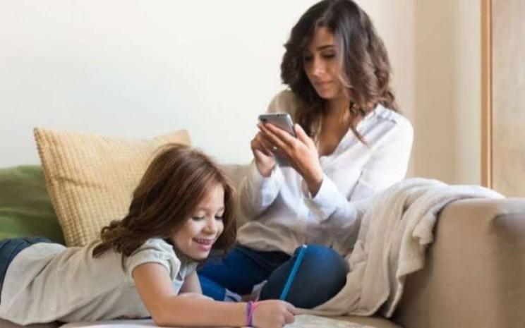 Orang tua main ponsel saat mengasuh anak