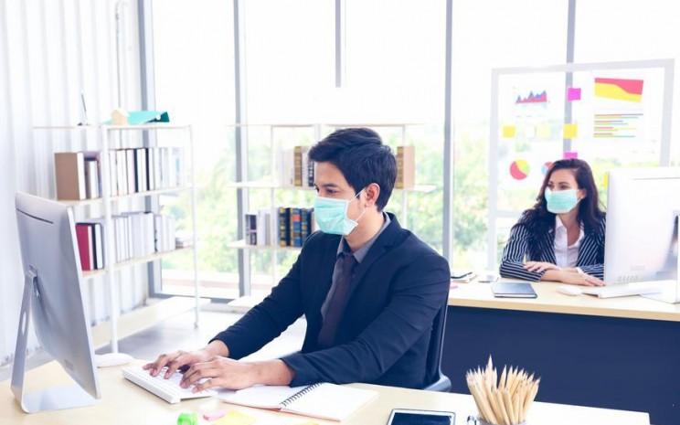 Karyawan yang bekerja di kantor melakukan protokol kesehatan di kantor. - ilustrasi