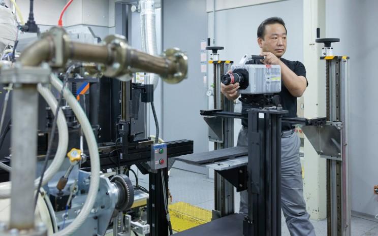 Nissan e-Power. Tidak seperti sistem hibrida konvensional, e-Power memungkinkan penggunaan eksklusif mesin on-board untuk pembangkit listrik dengan memisahkan output mesin dan tenaga penggerak di roda.  - Nissan