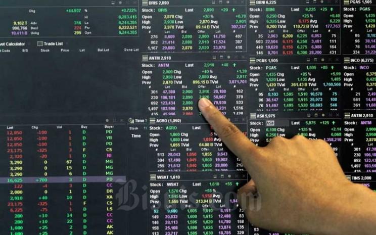 Karyawan mengamati pergerakan harga saham di Jakarta, Senin (15/2/2021). Bisnis - Himawan L Nugraha