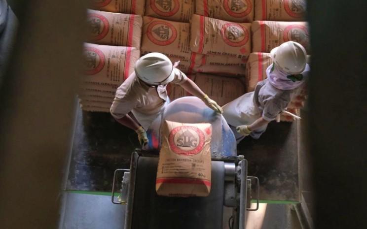 Aktivitas bongkar muat semen di Packing Plant Tanjung Priok, Jakarta Utara -  istimewa